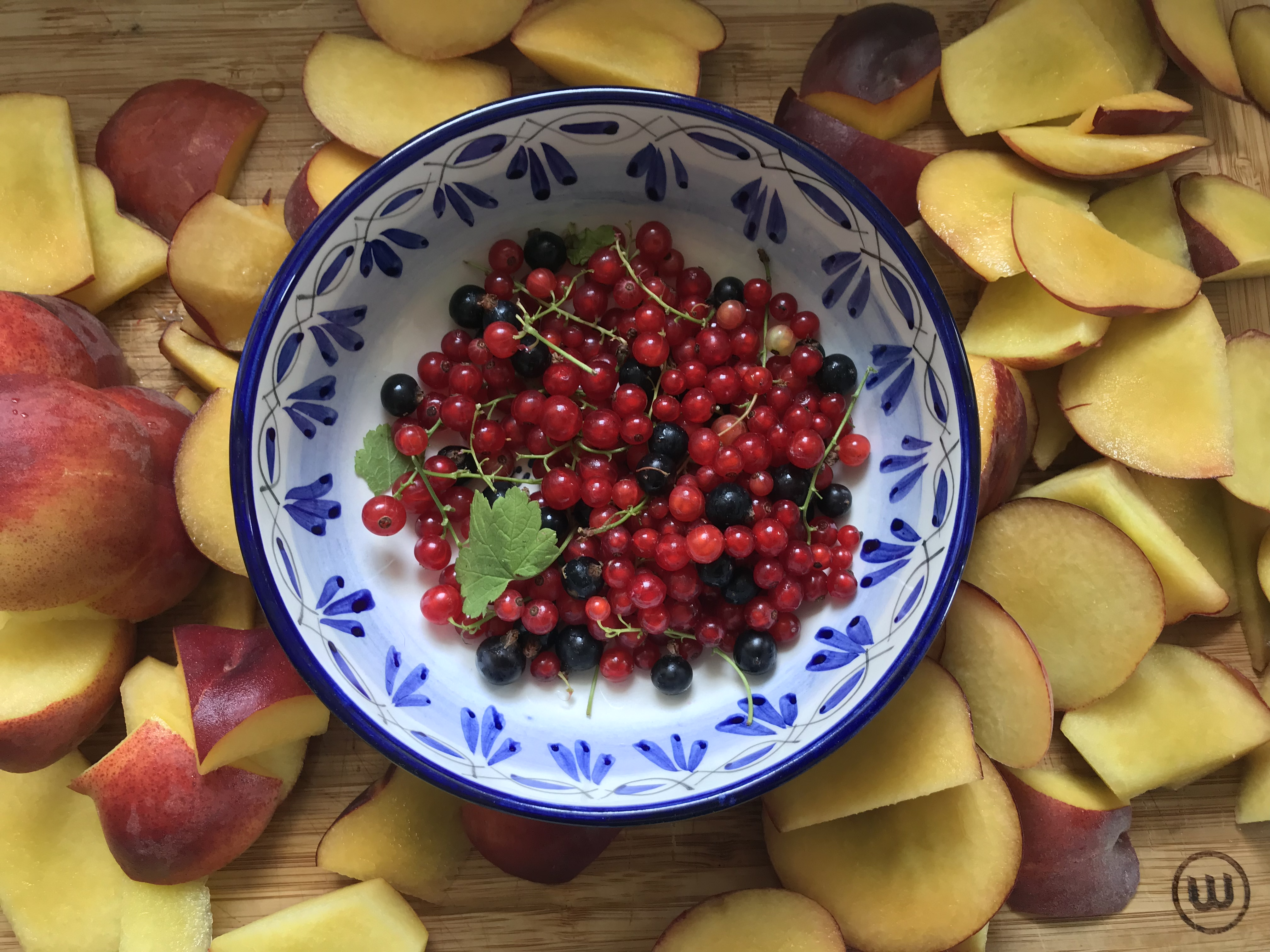 Spicy peach chutney with brandy and red currants
