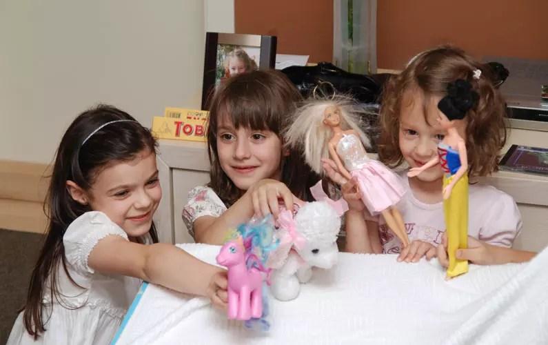 devojčice se igraju s lutkama