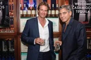 George Clooney y Rande Gerber presentando Casamigos