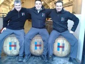 Domhnall Macleod, Billy Fraser y Donnie Macleod, tres trabajadores de la destilería con las tres primeras barricas llenas.