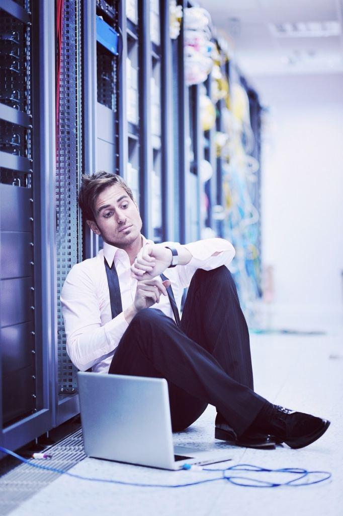 Homme dans un centre de données