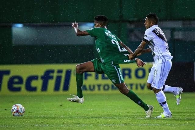 Chape vence com gol de pênalti nos acréscimos e assume liderança da Série B