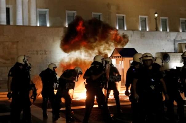 Polícia grega confronto com manifestantes em manifestação contra a vacinação obrigatória