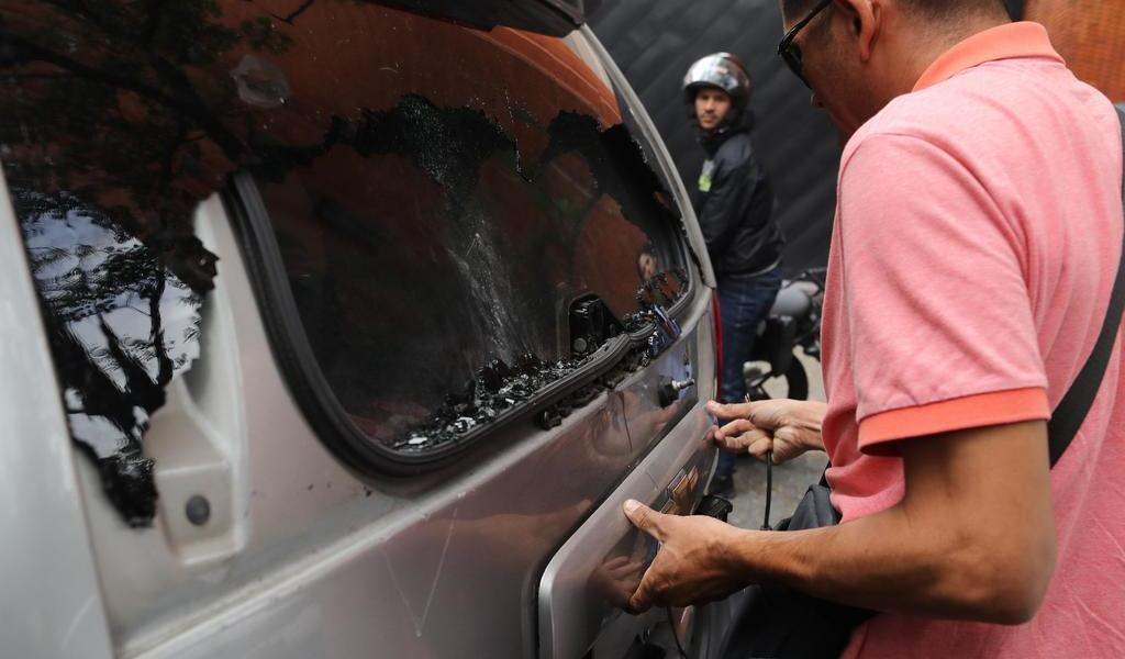 Convoca Guaidó a sesión afuera del Parlamento tras ataque de civiles armados