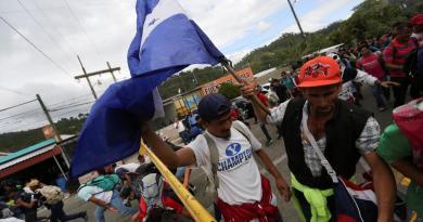 Transitan hondureños en caravana por Guatemala rumbo a EUA