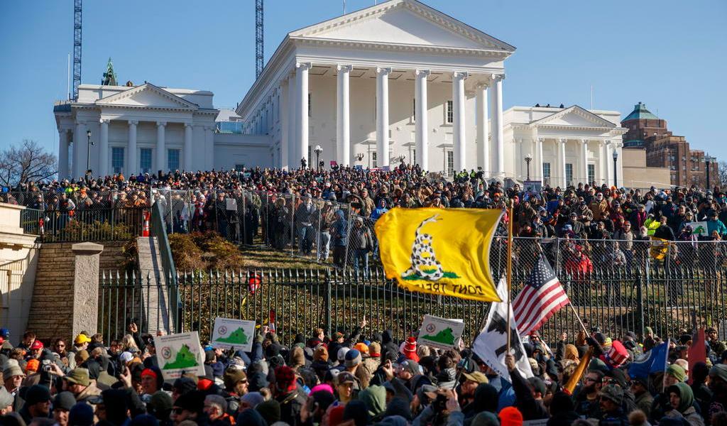 Protestan miles en alrededores del Capitolio estatal de Richmond contra controles a armas de fuego