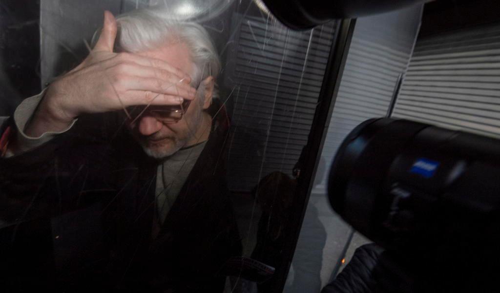 Mueven a Assange de área en prisión