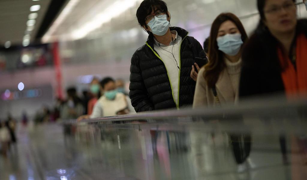 Arrojan bombas molotov a edificio para afectados por coronavirus en Hong Kong