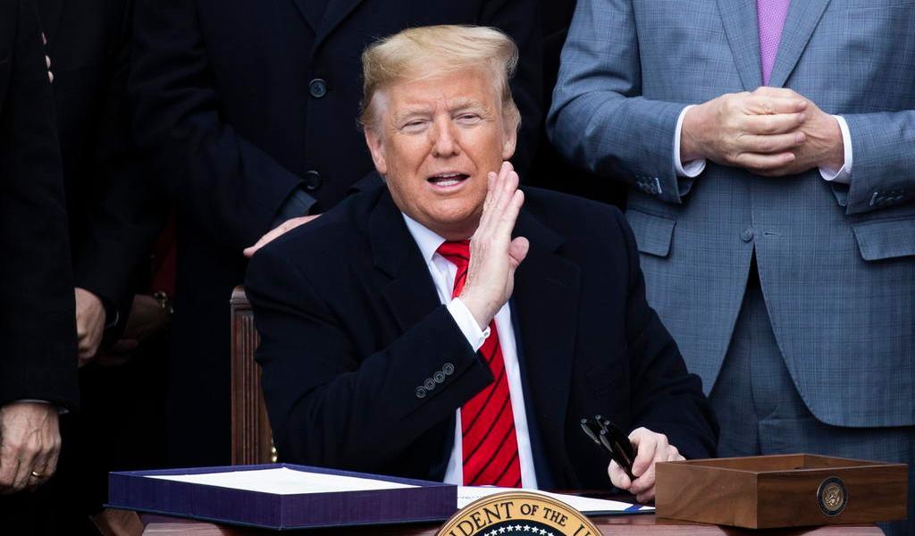 Video muestra a un Trump en actitud irrespetuosa al escuchar el himno