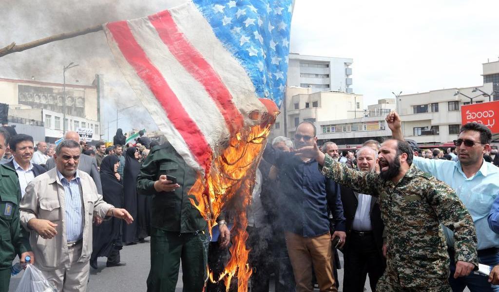 Quema de banderas de EUA, un buen negocio para fábrica iraní