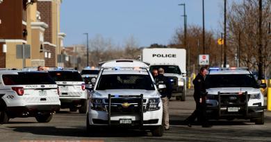 Hombre y mujer intercambian disparos en Walmart de Colorado