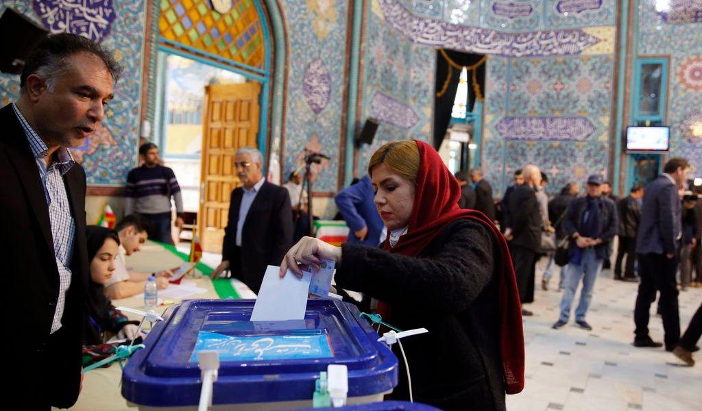 Arrasan conservadores en el Parlamento iraní