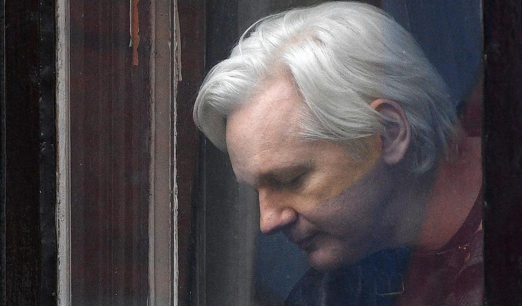 Implica Assange a The Guardian en identificación de fuentes confidenciales