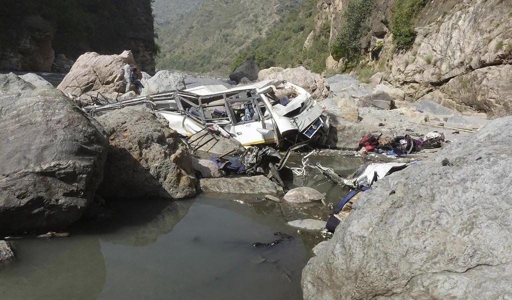 Cae autobús a un río en India; mueren 24 invitados a una boda
