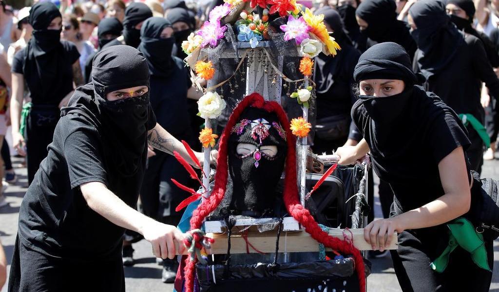 Chilenas organizan huelga feminista y marchan por sus derechos laborales