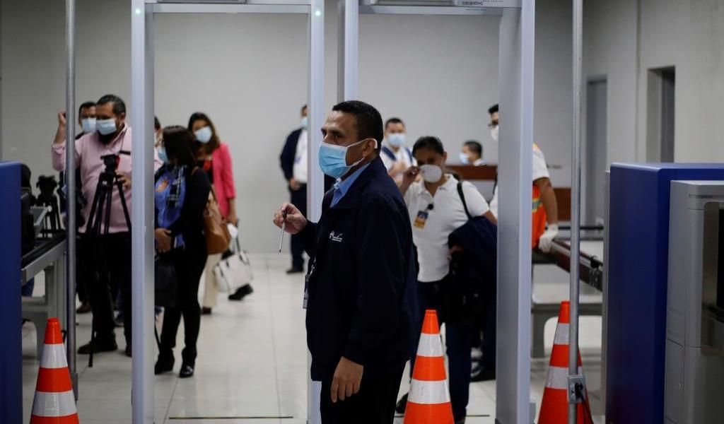 Bukele cierra aeropuerto en El Salvador por vuelo proveniente de México