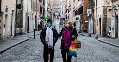 Italia registra casi 800 muertes en 24 horas por COVID-19