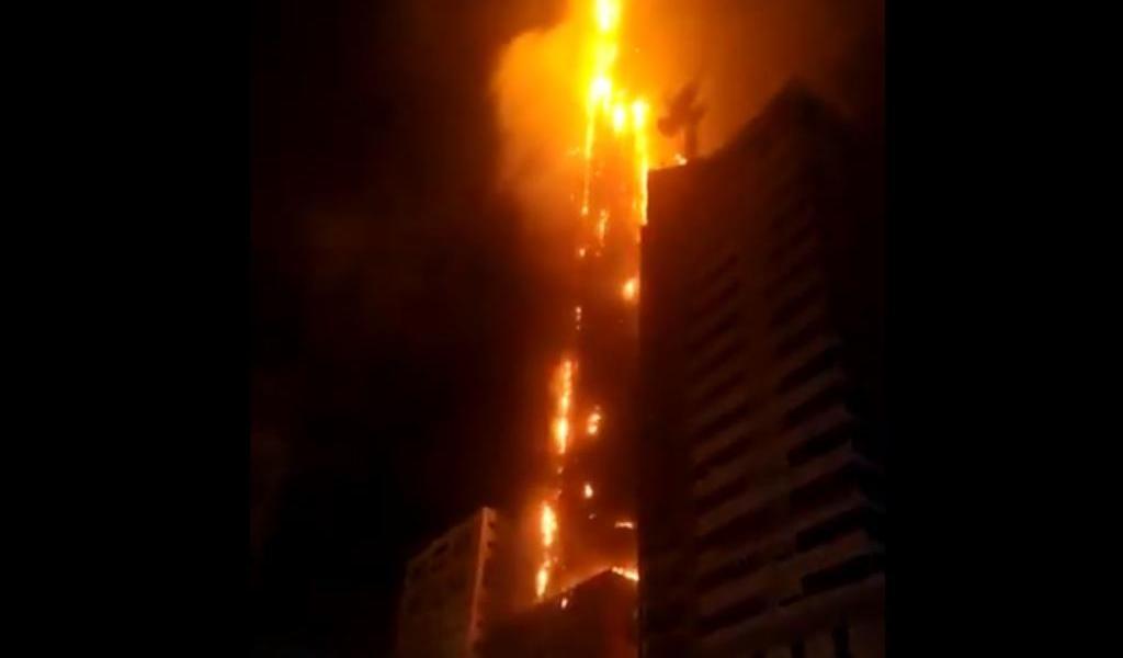 Masivo incendio consume edificio en los Emiratos Árabes; reportan varios heridos