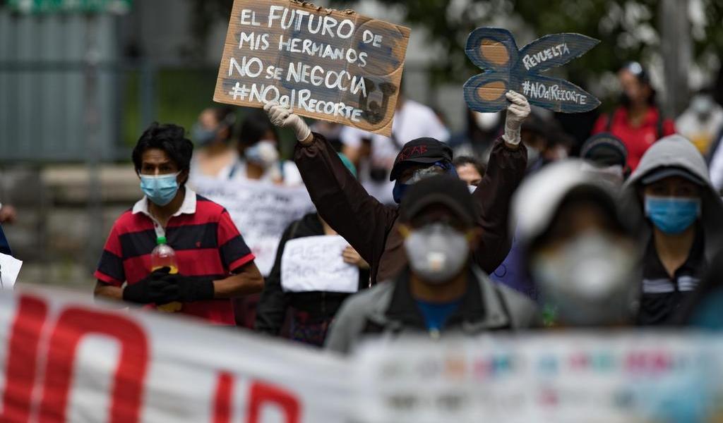 Estudiantes protestan en Ecuador por recortes