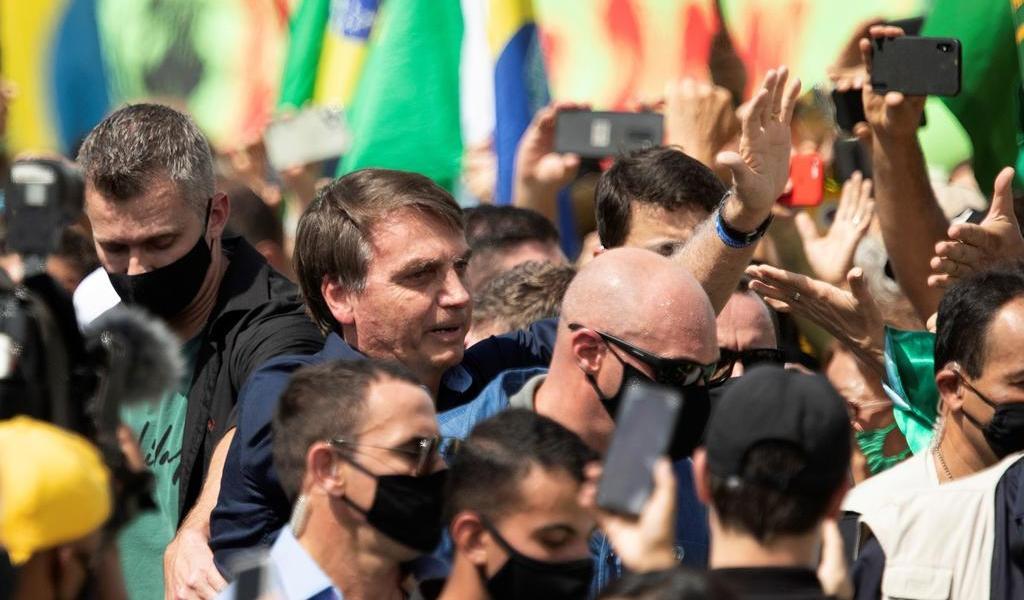 Ignora Bolsonaro recomendaciones; se mezcla en multitudinaria manifestación