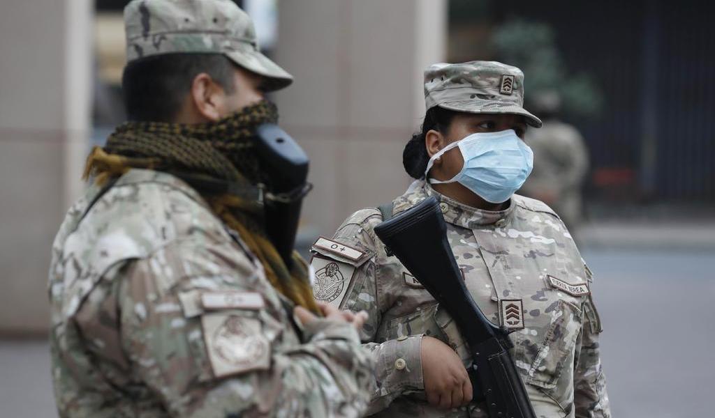 Policía y ejército toman barrio para aplicar confinamiento en Perú