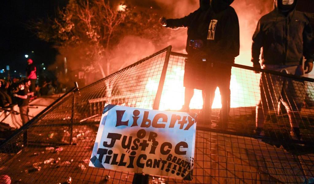 Manifestantes prenden fuego en comisaría de Minneapolis tras muerte de George Floyd