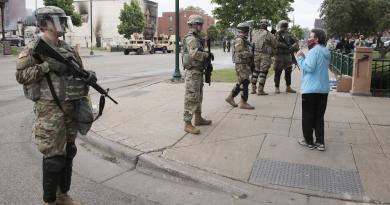 Minneapolis declara toque de queda tras disturbios en protestas por asesinato de George Floyd