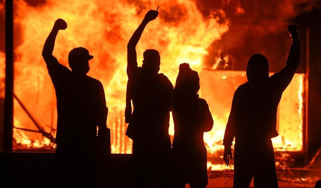 Miles ignoran toque de queda en protestas en Minneapolis