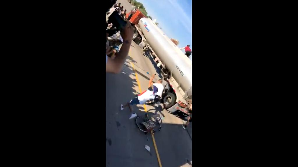 VIDEO: Tráiler embiste a multitud que protestaba en Minneapolis