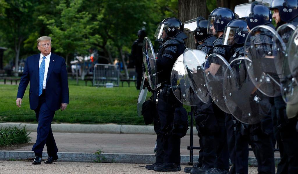 Tras retiro de manifestantes por policía, Trump posa con una Biblia frente a iglesia