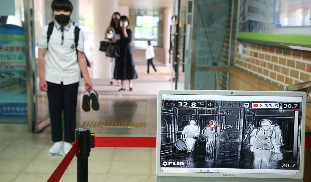 Corea del Sur reabre escuelas pese a repunte de casos de COVID-19