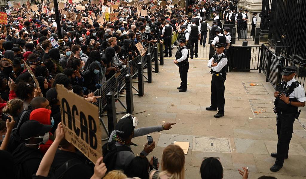 Reportan tensión en Downing Street entre policía y manifestantes