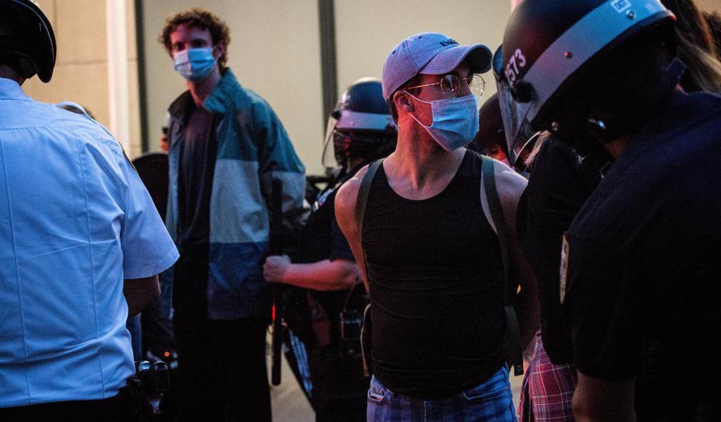 Detienen a 250 manifestantes en Nueva York por violar toque de queda