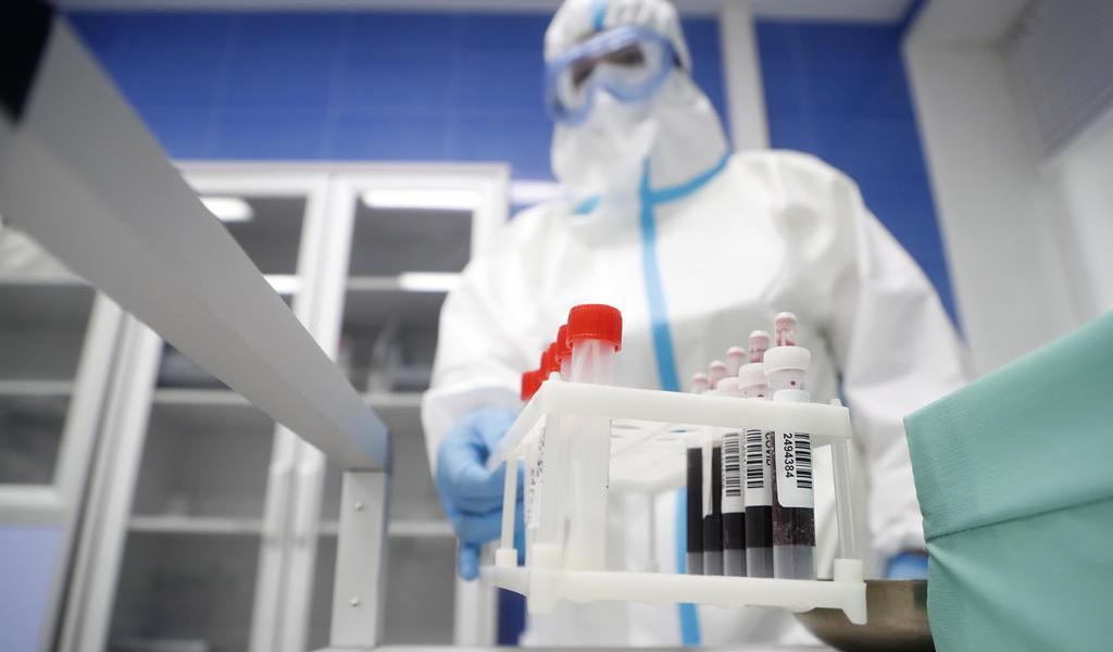Reporta OMS récord de casi 130,000 contagios de COVID-19 en un día