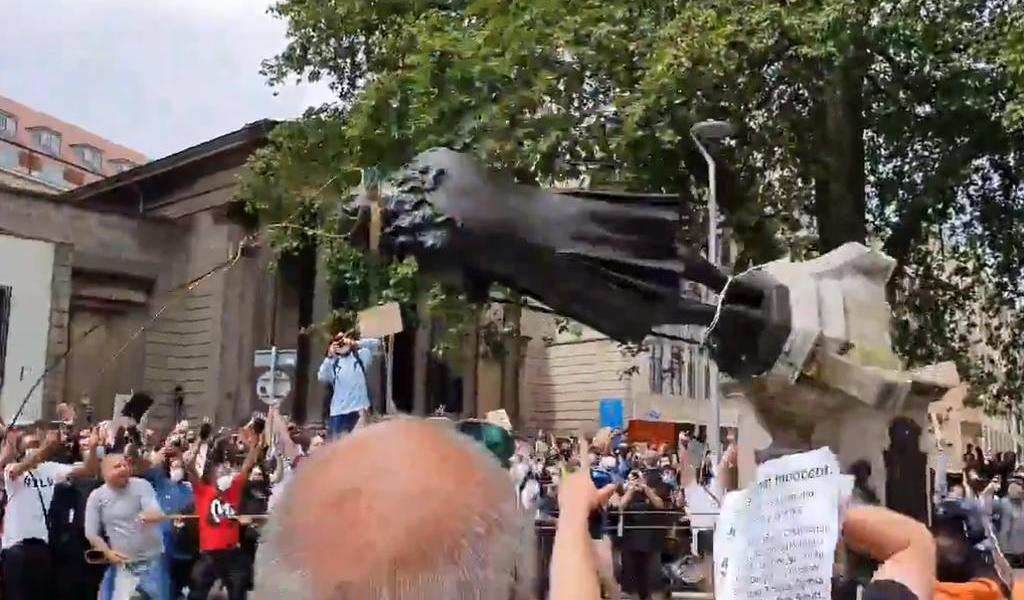 Derriban manifestantes estatua de esclavista en Reino Unido