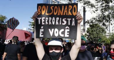 Marchan brasileños a favor y contra Bolsonaro con la pandemia al alza