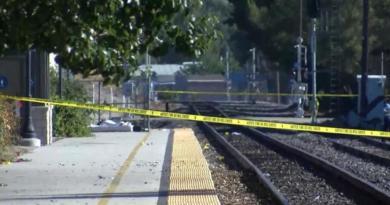 Dispara agresor contra base policial en California; hay un agente herido