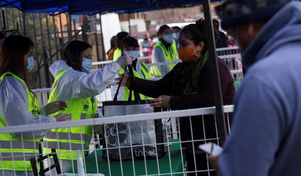 Roza Chile los 260 mil casos de COVID-19; autoridades insisten en leve mejoría