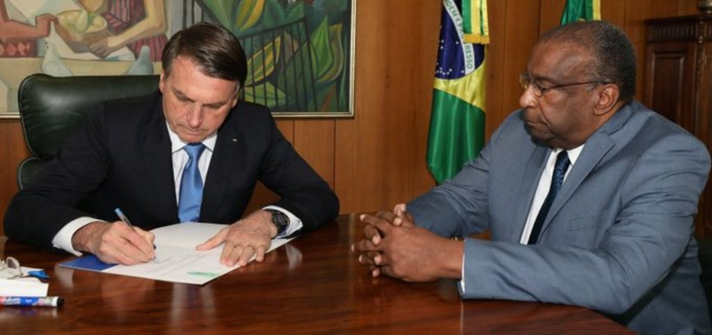 Ministro brasileño dimite tras escándalo