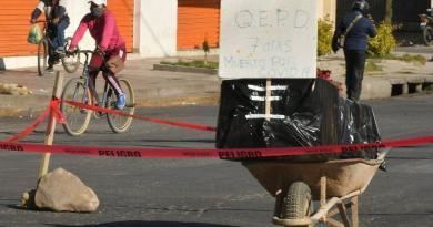Con ataúd en la calle, exigen entierro de persona que falleció con síntomas de COVID-19