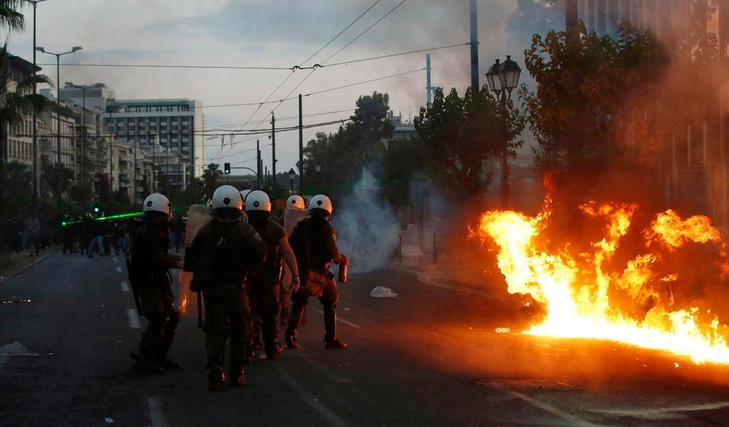 Usa policía gas lacrimógeno para dispersar protestas en Grecia