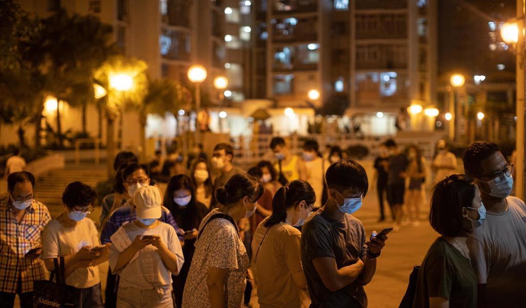 Salen miles de personas a votar en Hong Kong