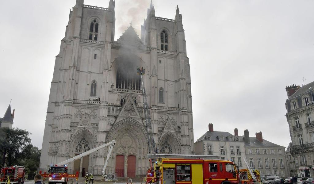 Detienen a hombre en investigación por incendio en Catedral de Nantes