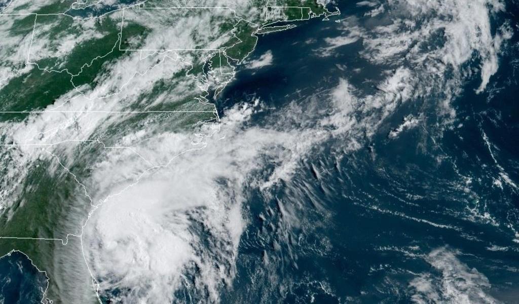 Isaías volverá a ser huracán antes de llegar hoy a las Carolinas en EUA