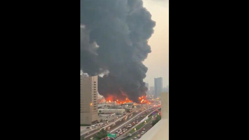 VIDEO: Se registra fuerte incendio en mercado de Emiratos Árabes Unidos