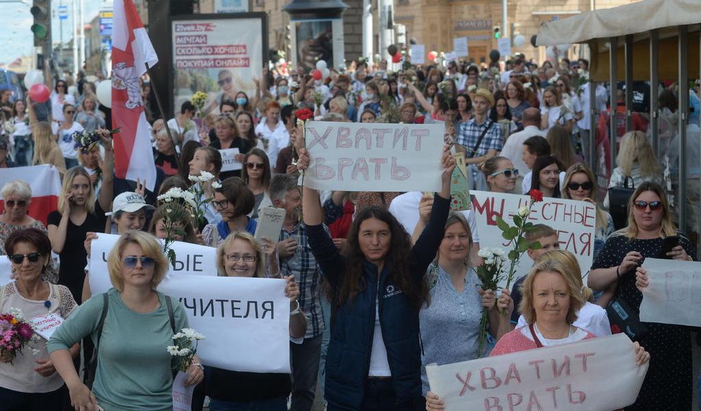 Bielorrusia libera a detenidos ante presión de manifestantes