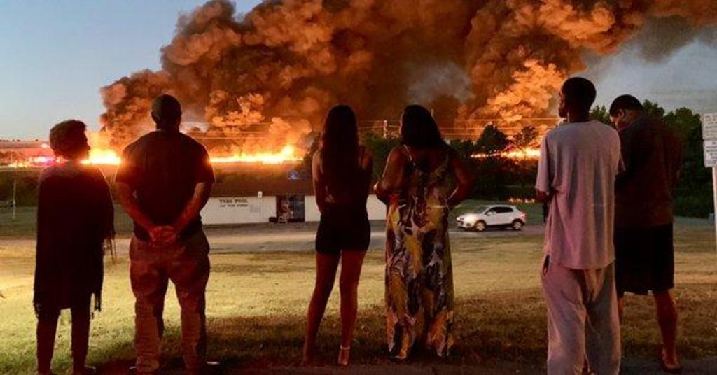 Incendio masivo afecta fábrica de plástico en Texas