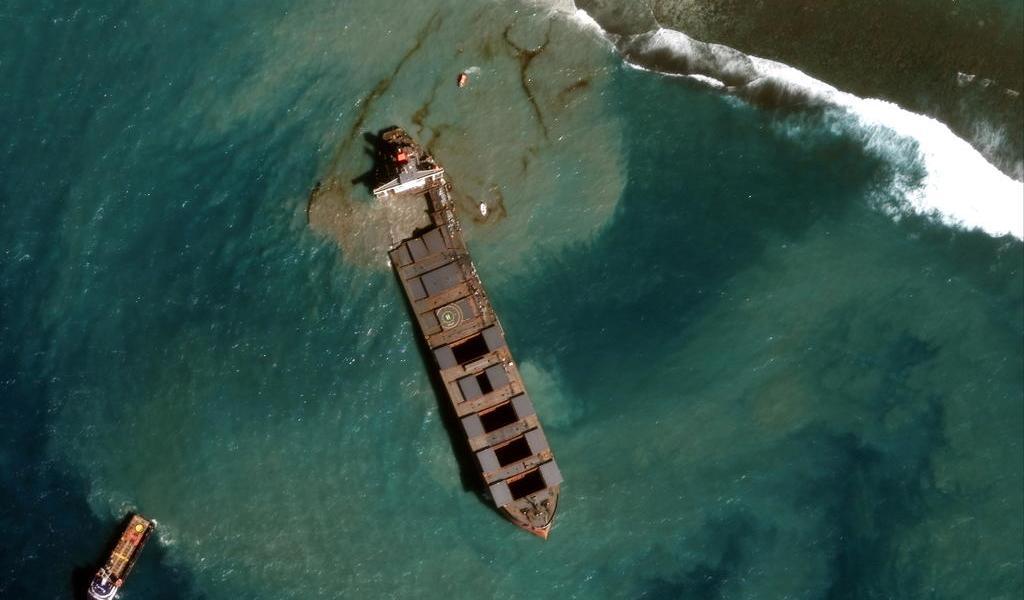 Retiran partes del barco que derramó combustible en isla Africana