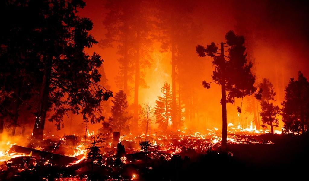 Extienden órdenes de desalojo por incendios en California