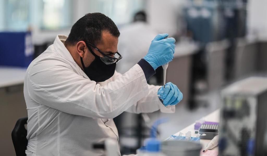 Pese a suspensión, AstraZeneca confía en vacuna antes de finales de año